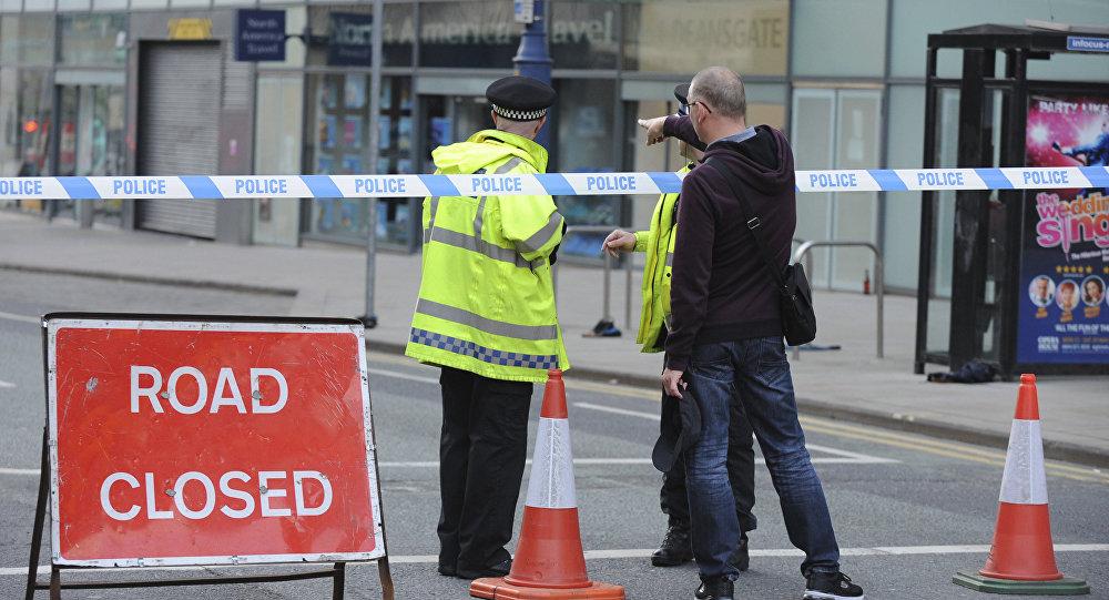 Полиция блокирует дорогу рядом с Манчестер Арена в центре Манчестера