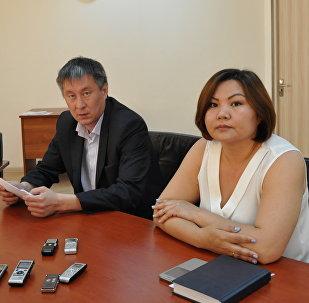 Юрист ЦМП Аскар Шарамбаев в центре) и Самал Камарина справа)
