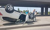 Алматыда Subaru аударылып қалды