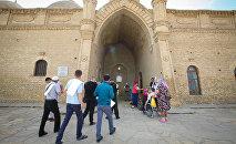 Паломники у мавзолея Арыстанбаба