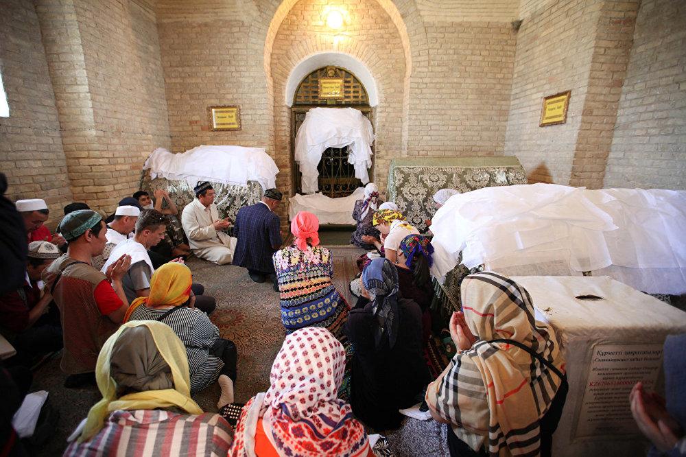 Паломники в мавзолее Арыстанбаб