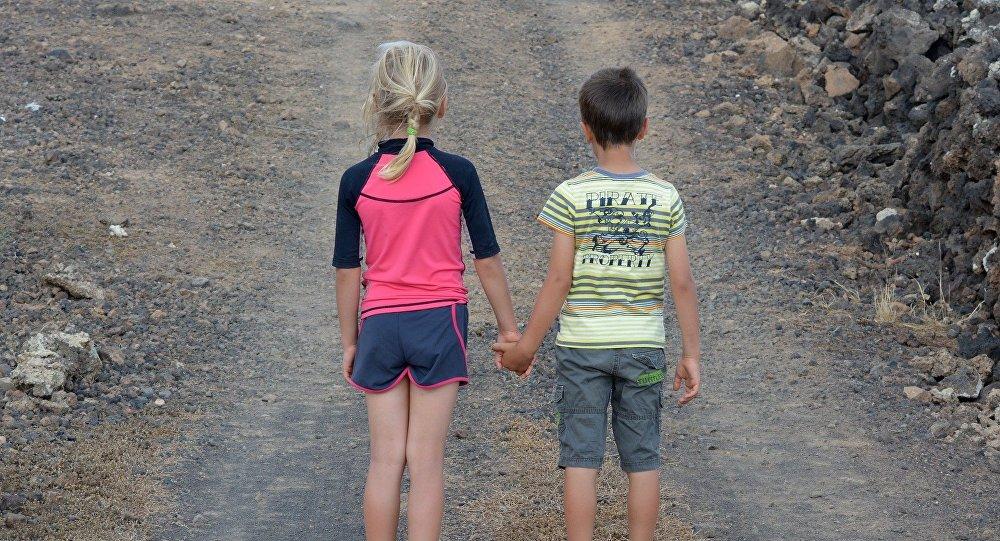 Дети на безлюдной дороге