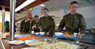 Военнослужащие в столовой, архивное фото