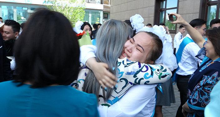 Выпускники школ Астаны плакали, прощаясь со школой