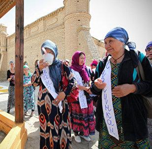 Паломники у мавзолея Арыстан-баб в Южно-Казахстанской области