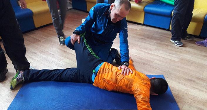 Балтабек Нурахметов объясняет новичку секреты разминки перед марафоном