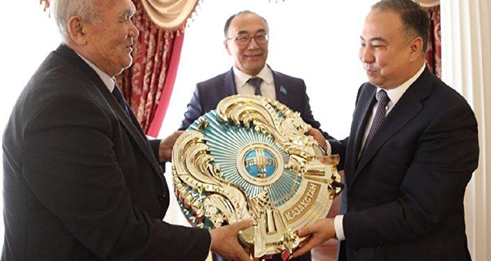 Вручение обновленного герба РК акимату Акмолинской области
