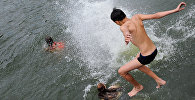 Дети купаются в реке, архивное фото