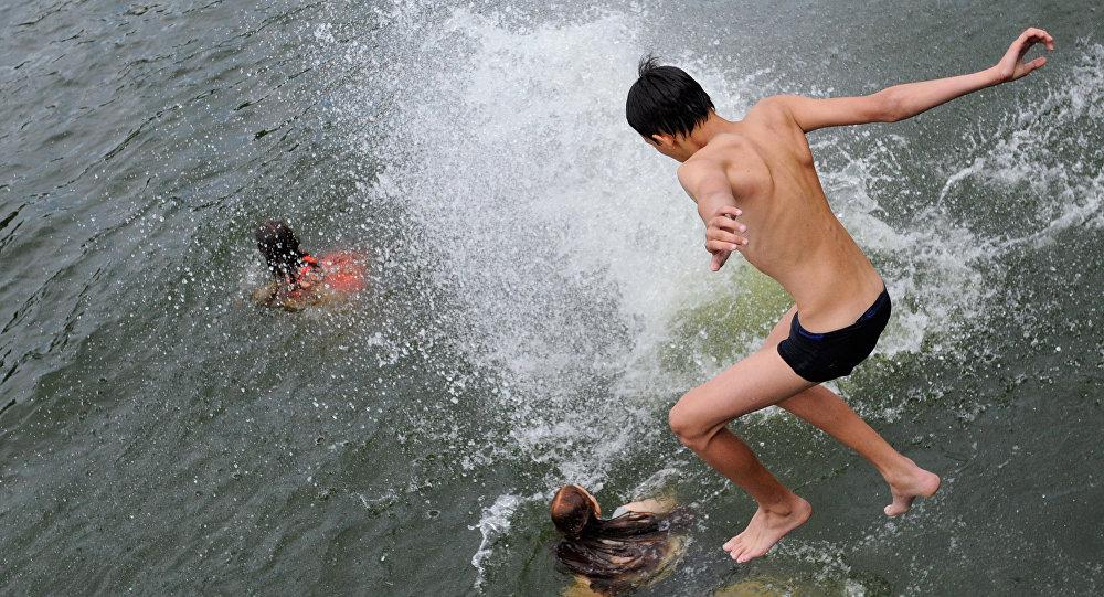 Полная девушка купается в реке видео