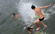 Дети купаются в озере, архивное фото