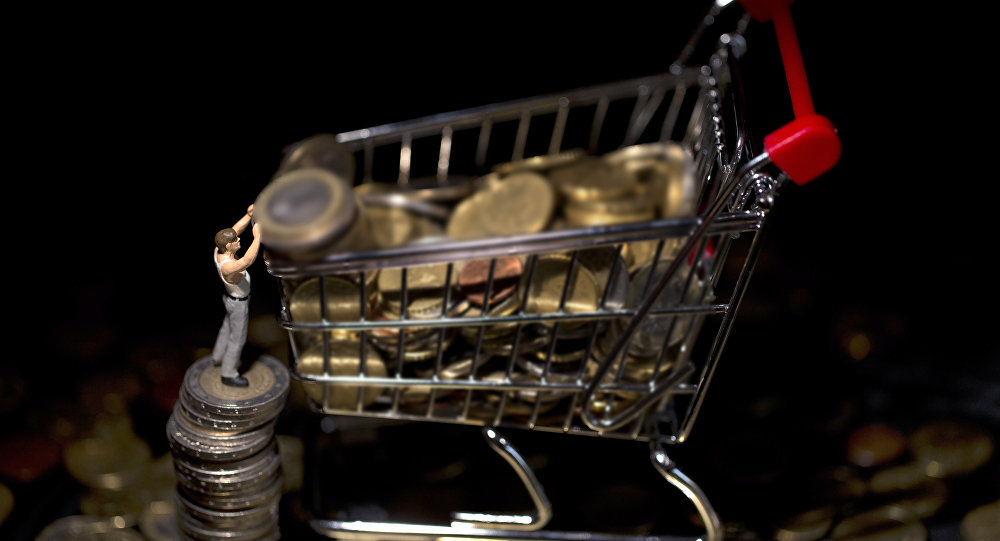 Монеты в продуктовой корзине, архивное фото