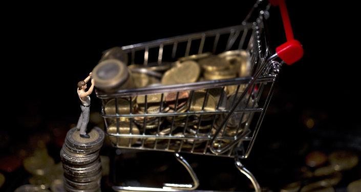 Азық-түлік кәрзеңкесіндегі монеталар, архивтегі фото