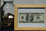 Деньги в банке, архивное фото