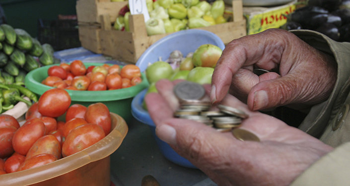 Пожилые люди покупают продукты на рынке, архивное фото