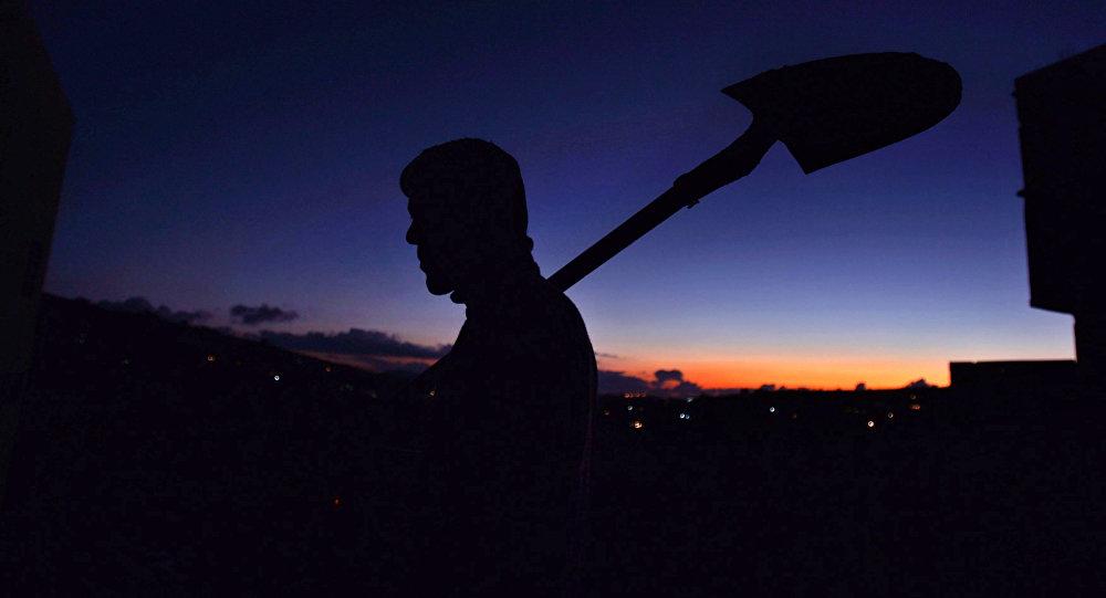 Мужчина с лопатой, архивное фото