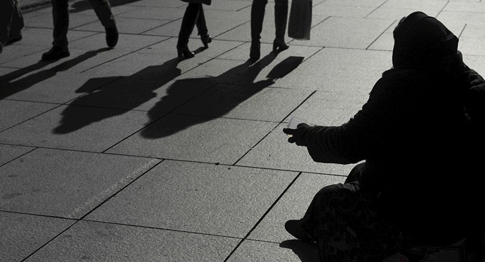 Женщина просит милостыню, архивное фото