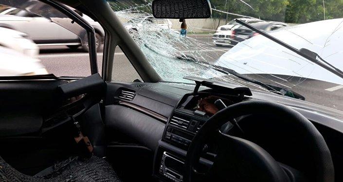 Колесо взорвалось в движущемся автомобиле в Алматы