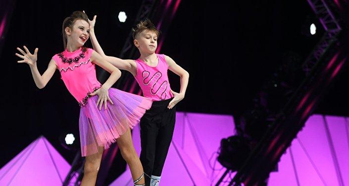 Архивное фото детей - участников конкурса по спортивным танцам