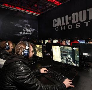 Архивное фото геймеров, играющих в Call of Duty