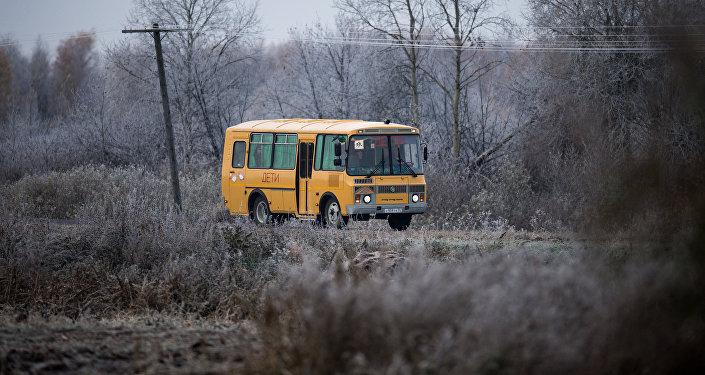 Оқушылар отырған автобус