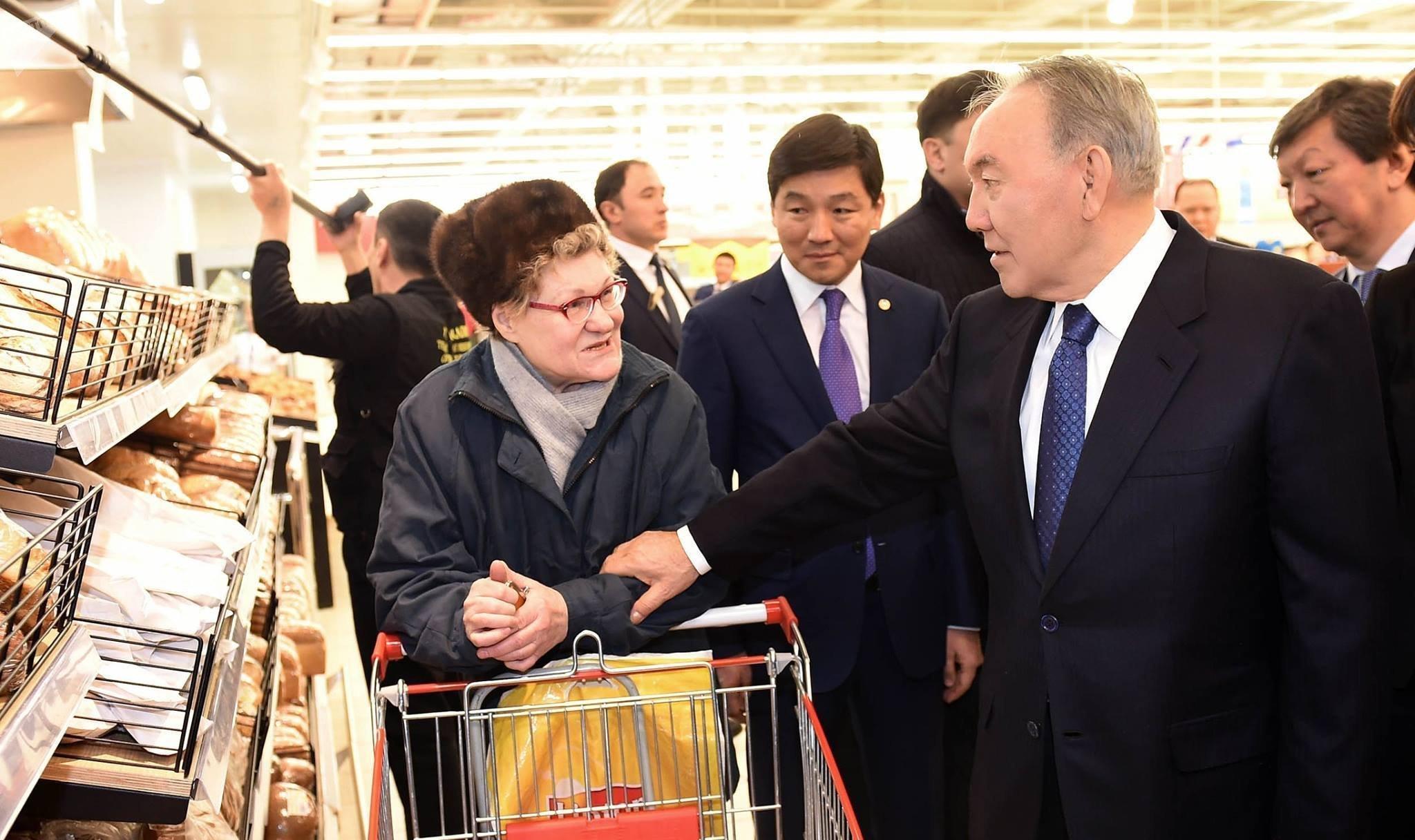 Нурсултан Назарбаев на открытии гипермаркета Carrefour