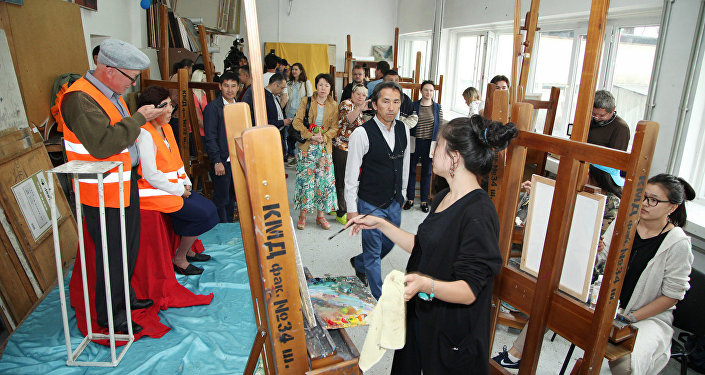 Начинающие художники Казахской национальной академии искусств имени Т.К. Жургенова пишут портреты дворников