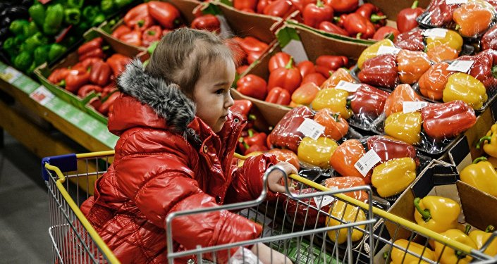 Архивное фото ребенка в гипермаркете