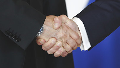 Рукопожатие, архивное фото