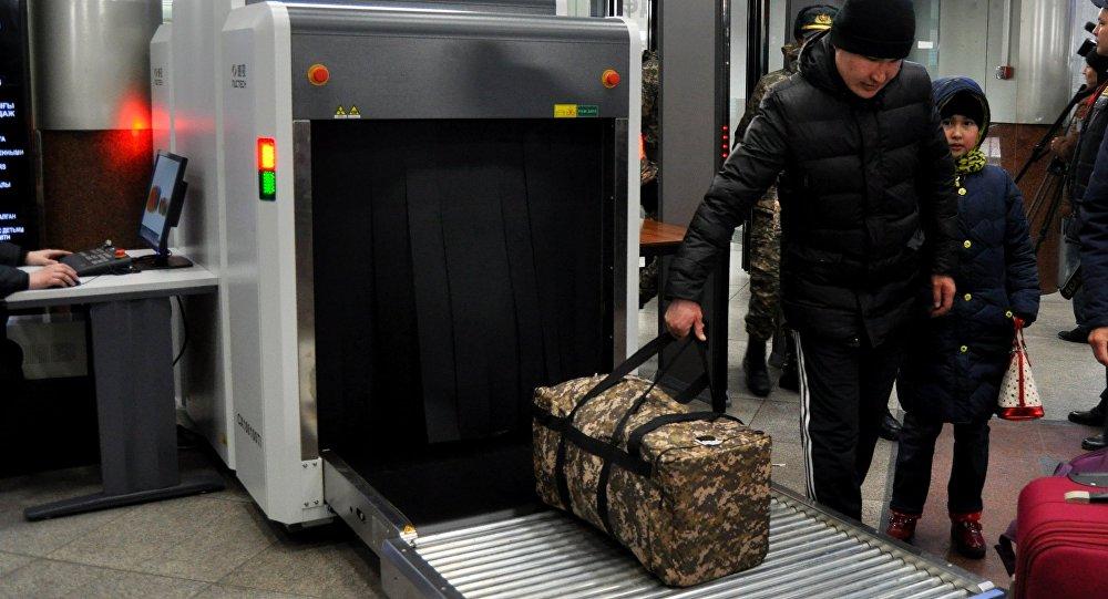 Досмотр багажа на вокзале в Астане