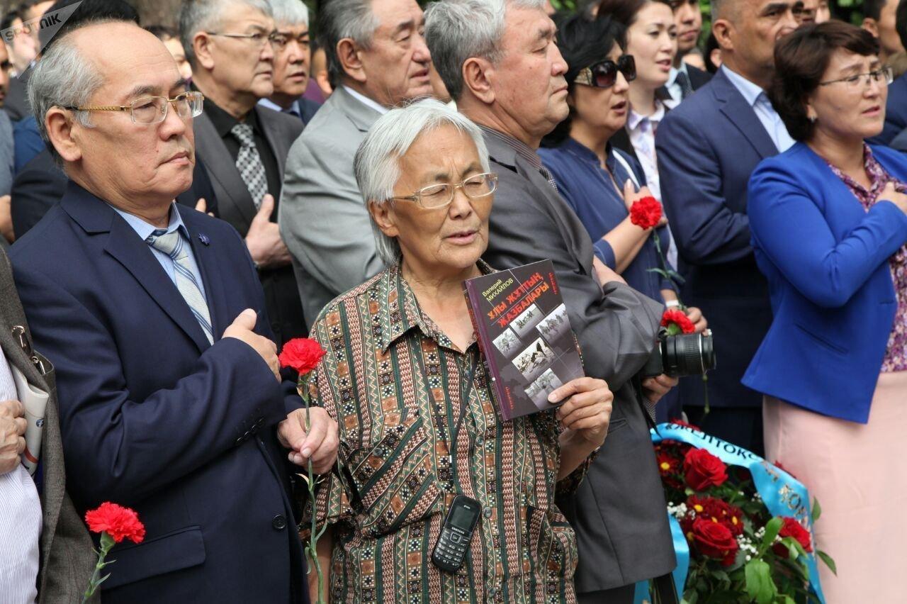 Алматинцы на церемонии открытия памятника жертвам голода 1931-1933 годов