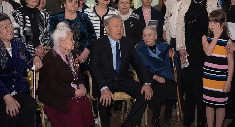 Глава государства Нурсултан Назарбаев принял участие в церемонии возложения венка к памятной доске музейно-мемориального комплекса жертв политических репрессий и тоталитаризма АЛЖИР