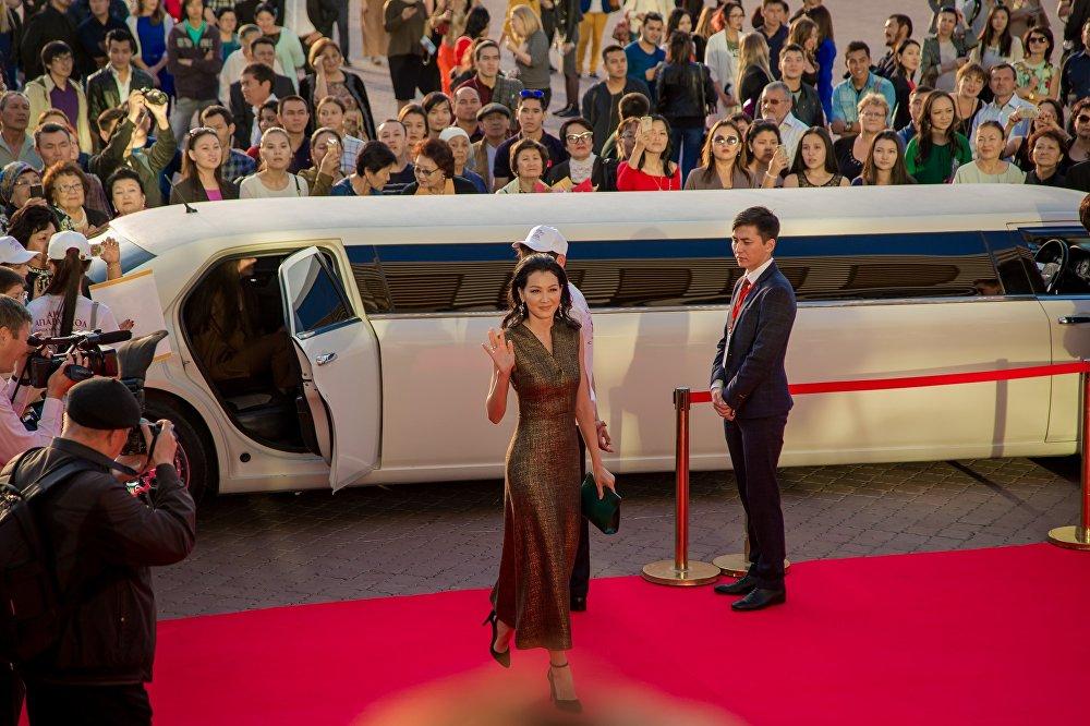 Аружан Жазылбекова Анаға апарар жол фильмінің бас кейіпкерлерінің бірін сомдаған актриса