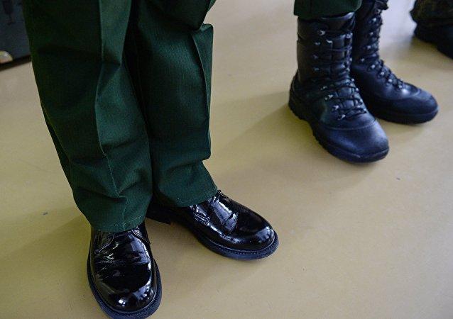 Архивное фото демонстрации комплектов современной военной формы