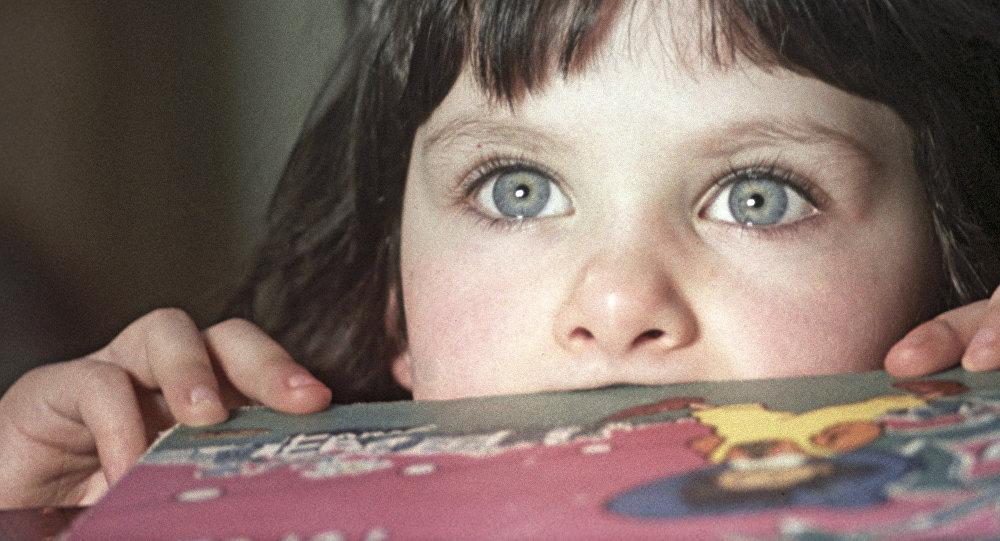 Девочка с книжкой, архивное фото