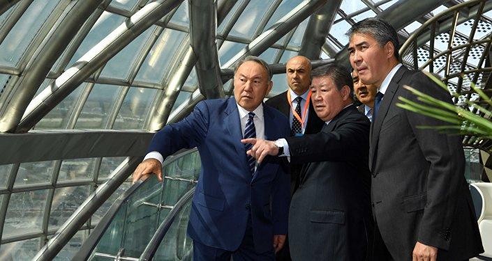 Нурсултан Назарбаев во время посещения выставочного комплекса ЭКСПО