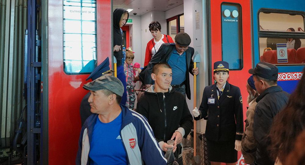 Поезда прибывают на новый вокзал