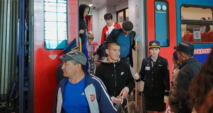 Поезда прибывают на новый вокзал в Астане