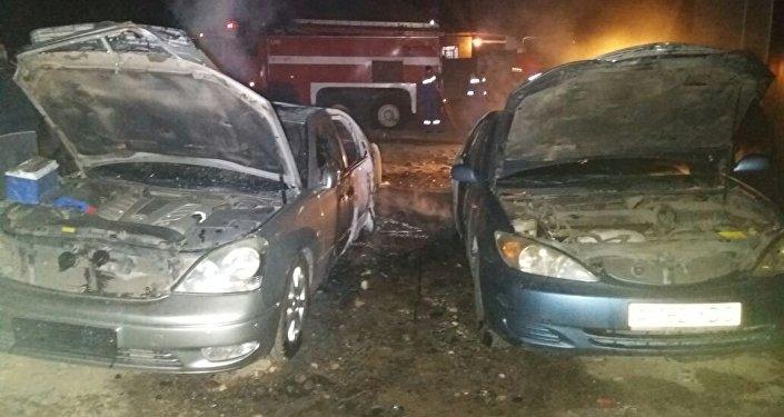 Два автомобиля сгорели дотла в Алматы