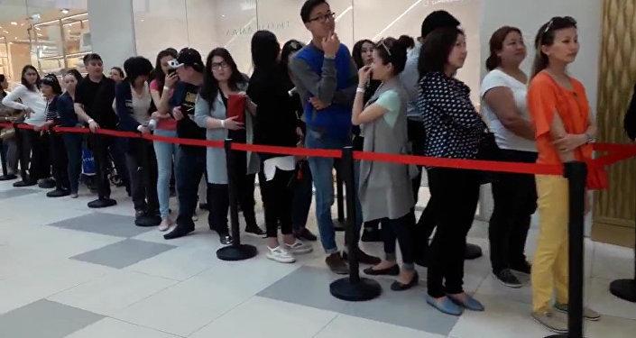 Cотни человек выстроились в очередь на открытии модного бутика в Астане