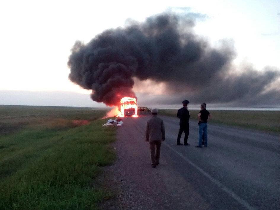 Автобус загорелся на трассе в Костанайской области