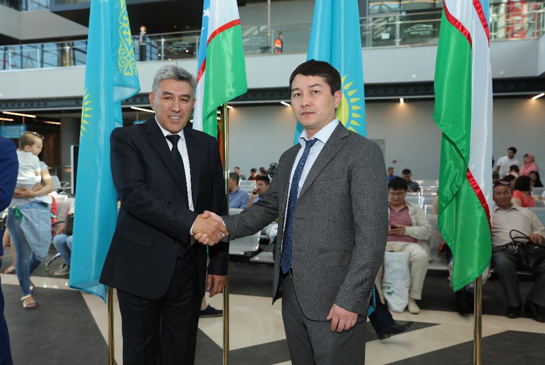 Прибытие поезда Самарканд - Астана на новый вокзал Нурлы жол
