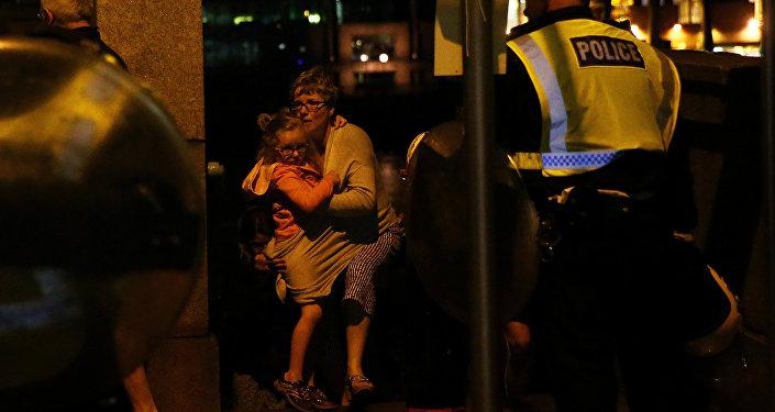 Люди под охраной полиции покидают место теракта