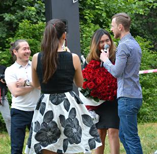Алматинец сделал необычное предложение своей девушке