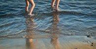 Су жағасындағы балалар