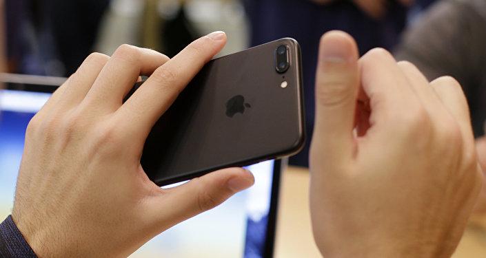 Мужчина держит в руках айфон