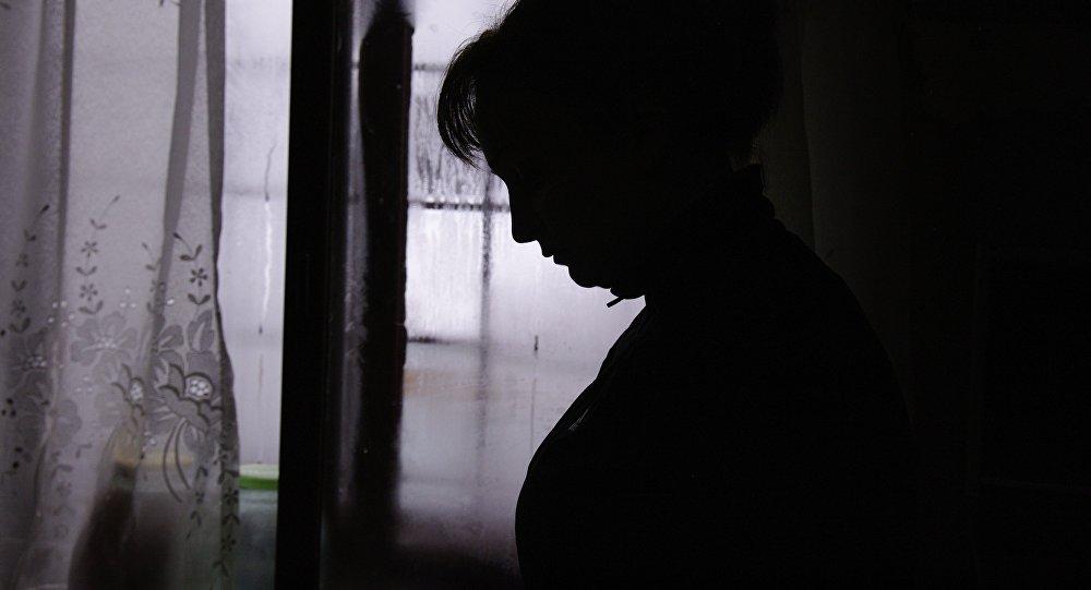Архивное фото силуэта женщины на фоне окна