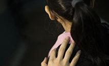 Мужчина держит девочку за плечо, архивное фото