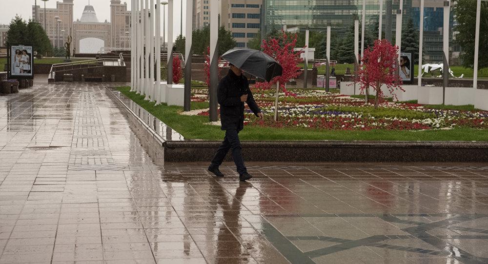 Мужчина под зонтом во время дождя