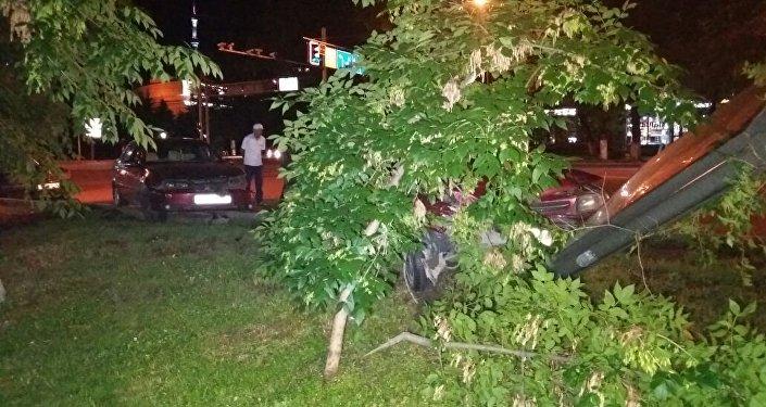 Водитель потерял сознание и снес автомобиль и билборд в Алматы