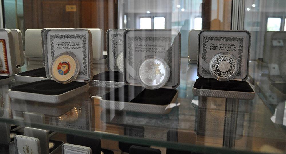 Серебряные монеты, серия АЭФ (слева)